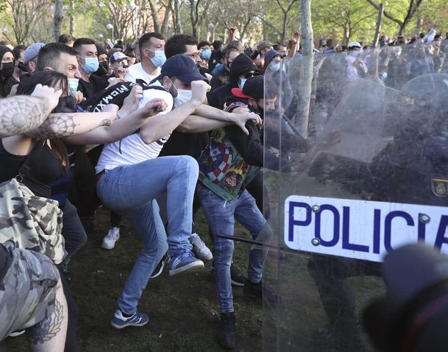 Manifestantes tratan de boicotear el acto de Vox en Vallecas.