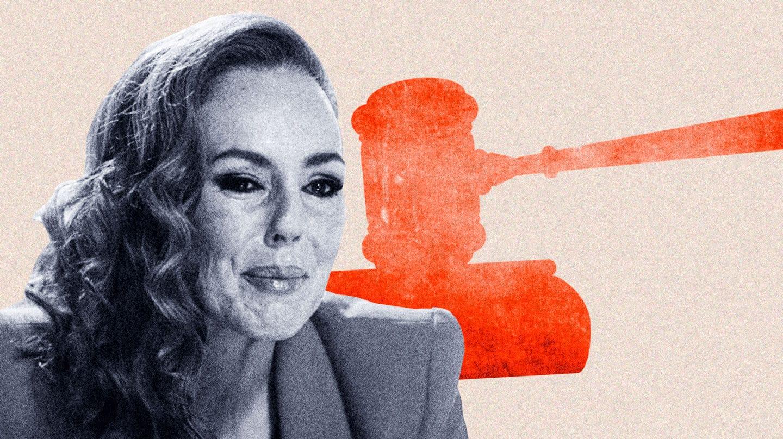 imagen de Rocío Carrasco llorando con una silueta de un maza de juez de fondo