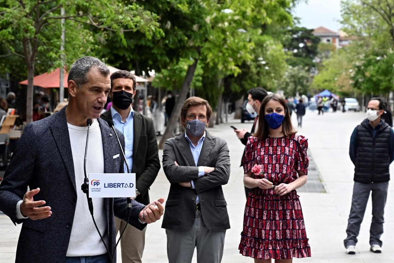 Toni Cantó, en un acto del PP por el Día del Libro junto a Pablo Casado, José Luis Martínez-Almeida y Andrea Levy.