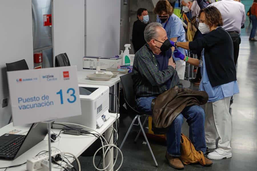 Un ciudadano recibe la vacuna contra el coronavirus en el Wizink Center.