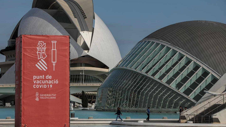 Vista general del punto de vacunación masiva de Valencia situado en la Ciudad de las Artes y las Ciencias.
