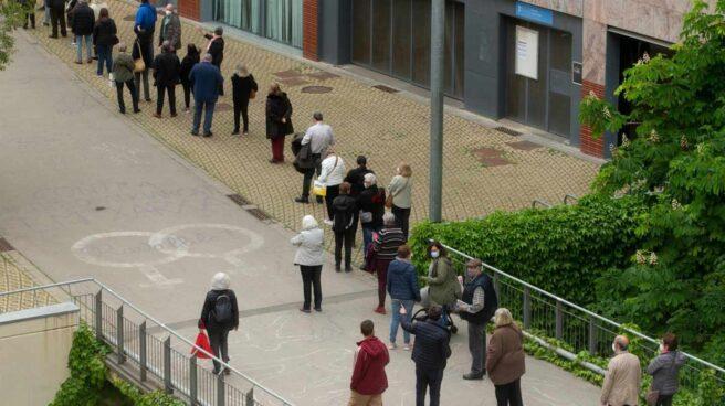 Ciudadanos hacen cola para ser vacunados contra el coronavirus en Barcelona.