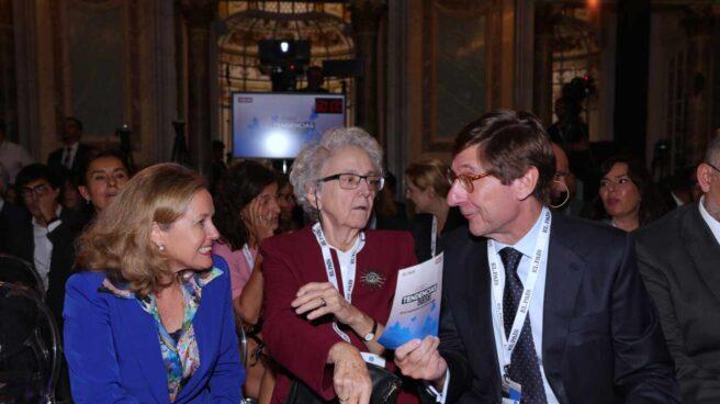 La vicepresidenta de Asuntos Económicos, Nadia Calviño, junto a la ex directora de El País, Soledad Gallego y el actual presidente de CaixaBank, José Ignacio Goirigolzarri.