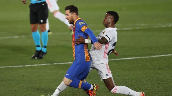 Vinicius le roba una pelota a Leo Messi durante el Real Madrid-Barcelona.