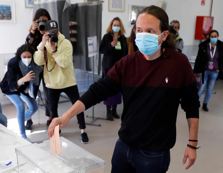 El candidato de Unidas Podemos a la Presidencia de la Comunidad de Madrid, Pablo Iglesias, ejerce su derecho al voto este martes en el Colegio público La Navata de la localidad madrileña de Galapagar.