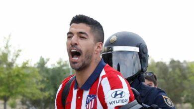 Los jugadores del Atlético de Madrid se saltan el protocolo y celebran el título con los aficionados
