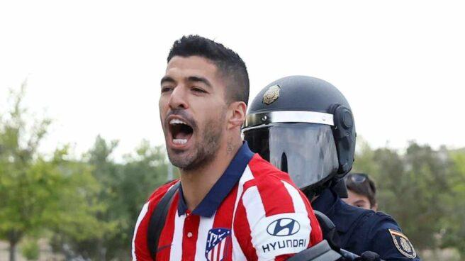 Luis Suárez es agarrado por un policía en el aparcamiento del estadio José Zorrilla