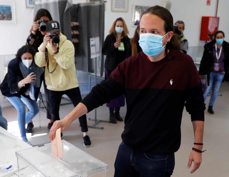 El candidato de Unidas Podemos a la Presidencia de la Comunidad de Madrid, Pablo Iglesias, ejerce su derecho al voto