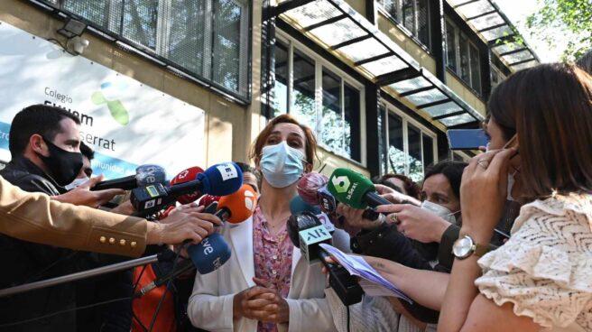 La candidata de Más Madrid, Mónica García, se dirige a medios a la entrada del Colegio Monserrat