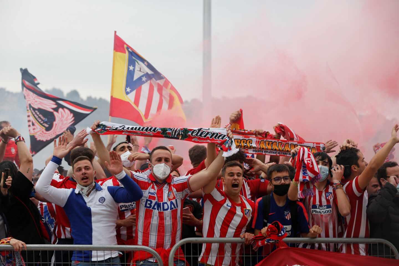 La afición del Atlético de Madrid celebra uno de los goles del equipo en los alrededores del estadio José Zorrilla, donde hoy sábado se enfrentan al Real Valladolid en el último partido de LaLiga Santander.