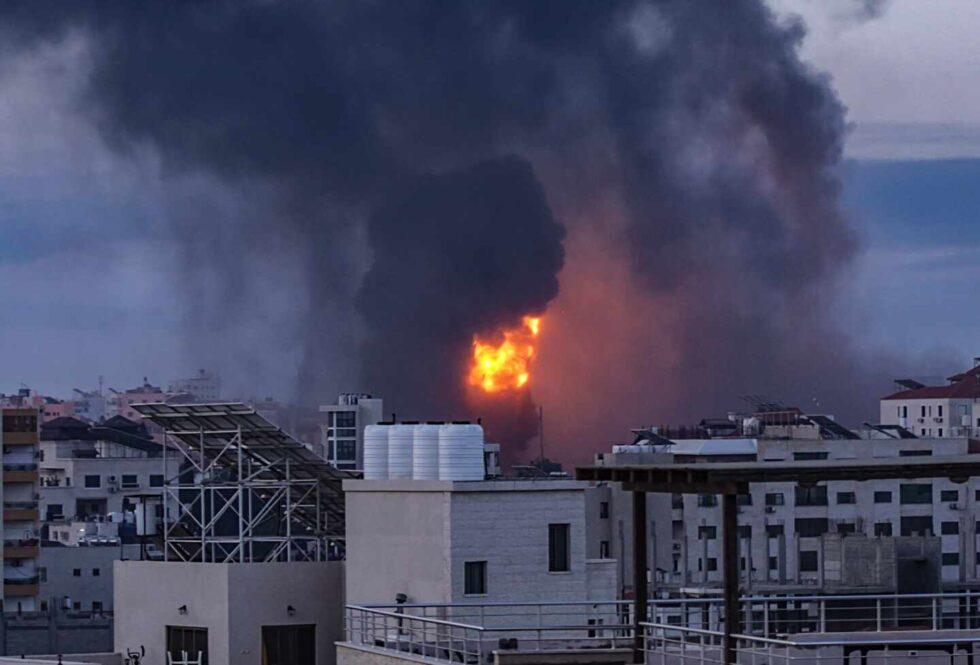 El humo y las llamas se elevan después de un ataque aéreo israelí en la ciudad de Gaza