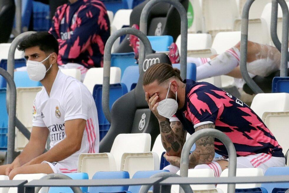 Ramos se lamenta en el banquillo durante el Real Madrid-Villarreal