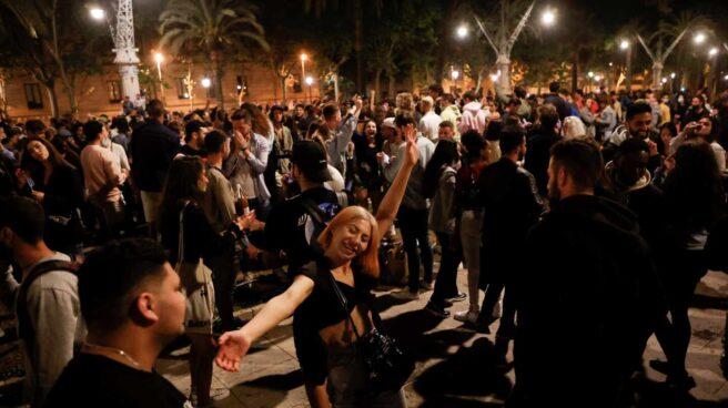 Fiesta en Barcelona al terminar el estado de alarma.