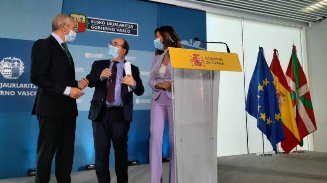 El ministro de Política Territorial, Miquel Iceta, junto a los consejeros del Gobierno vasco, Josu Erkoreka y Olatz Garamendi.