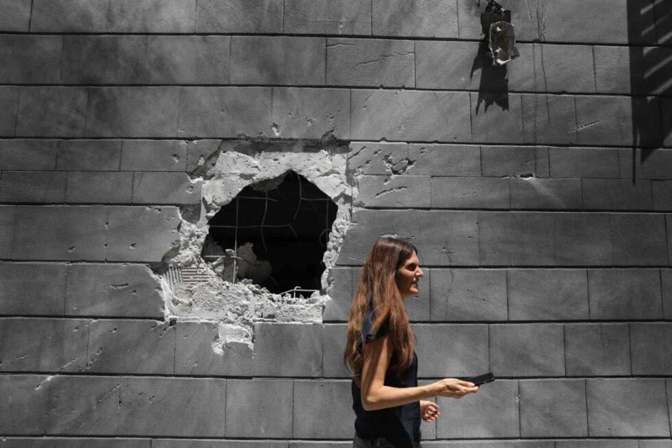 Un agujero porr el impacto de un proyectil en la ciudad israelí de Ashkelon