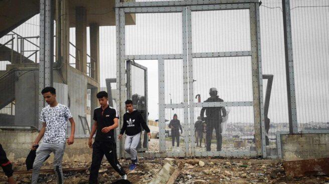 Un grupo de inmigrantes son devueltos a Marruecos por las autoridades españolas en la frontera entre Ceuta y Fnideq (Castilejos)