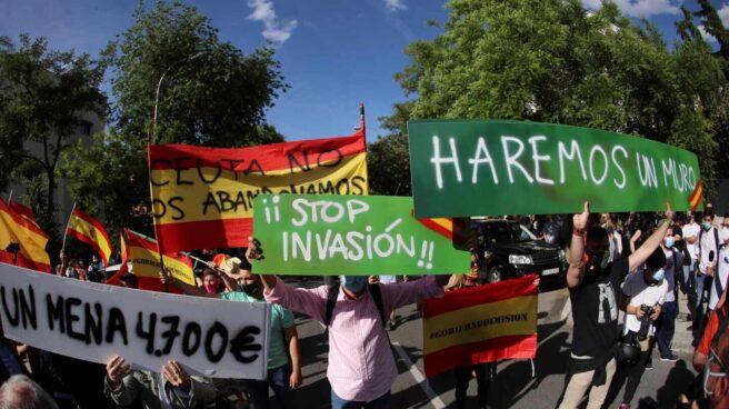 Varias personas participan en una concentración frente a la Embajada de Marruecos en Madrid