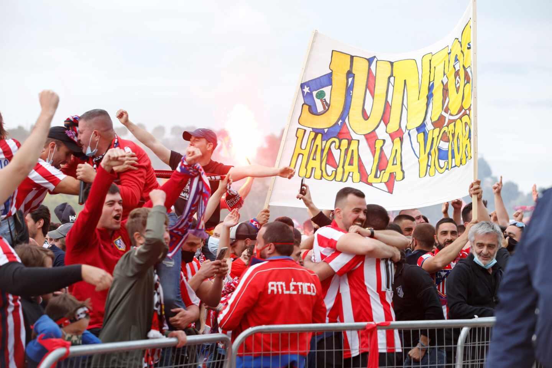 La afición del Atlético de Madrid celebra junto al estadio José Zorrilla el título de Liga