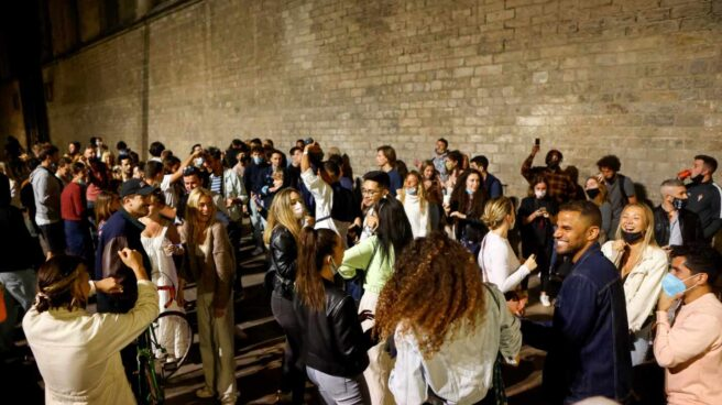 Jóvenes bailando en el Fossar de les Moreres en Barcelona.