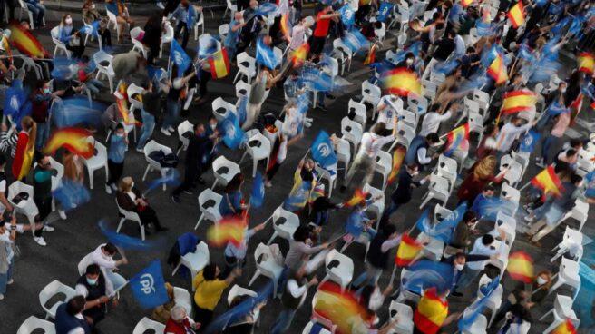 Seguidores del PP en los exteriores de la sede popular en la calle Génova