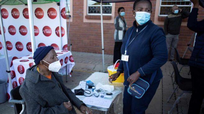 Una mujer se prepara para recibir la vacuna frente al Covid en la capital de Sudáfrica.