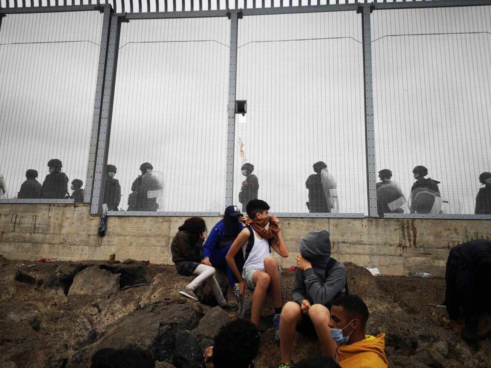 Miembros de la policía Nacional vigilan la verja que separa Ceuta de la localidad de Fnideq (Castillejos)
