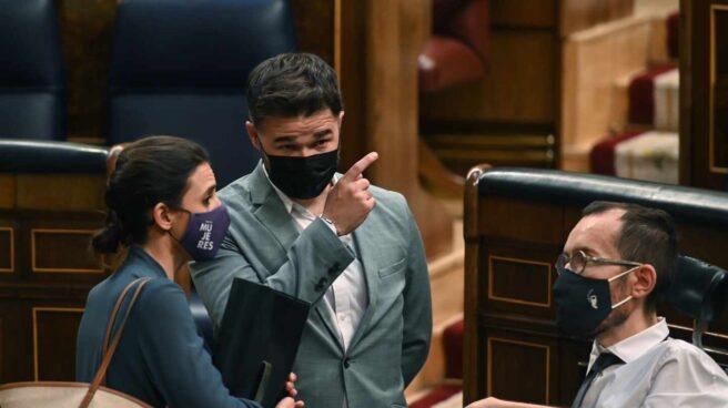 Rufián habla con Montero y Echenique en el Congreso.