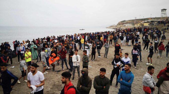 """""""Puede disparar los contagios"""": el temor de los médicos de Ceuta tras la llegada de miles de marroquíes sin mascarilla"""