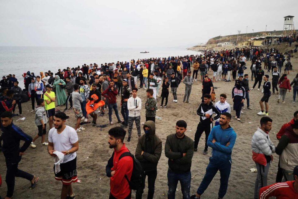 Cientos de personas esperan en Marruecos para cruzar a Ceuta.