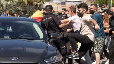 Tensión e insultos en el recibimiento a Sánchez en Ceuta