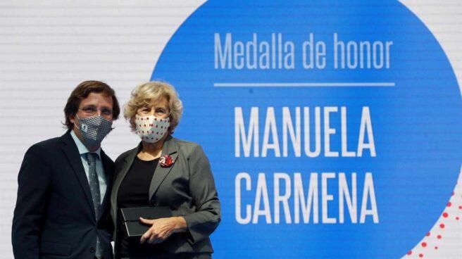 Almeida junto a Manuela Carmena