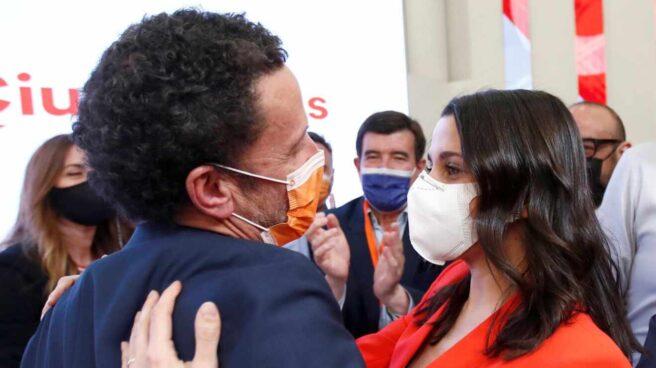 El candidato de Ciudadanos a la presidencia de la Comunidad de Madrid, Edmundo Bal, saluda a la presidenta del partido, Inés Arrimadas