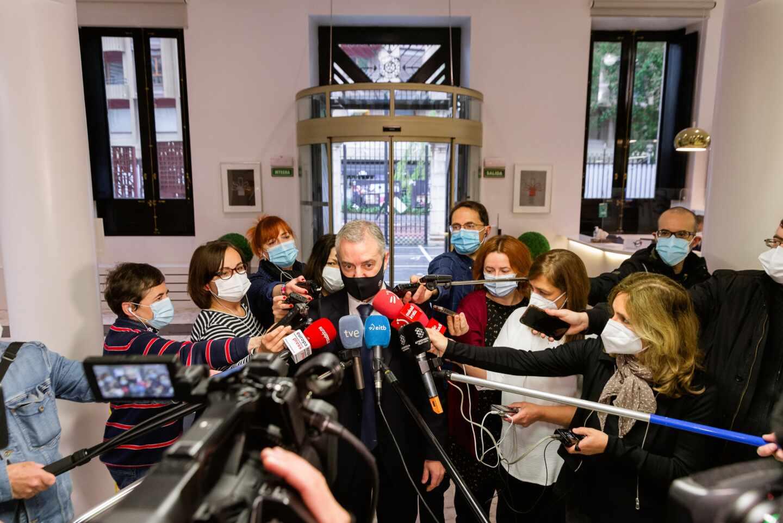 El lehendakari Iñigo Urkullu durante una comparecencia en el Parlamento Vasco ante los medios.
