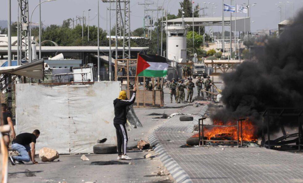 Los palestinos protestan frente a las tropas israelíes tras varios días de ataques
