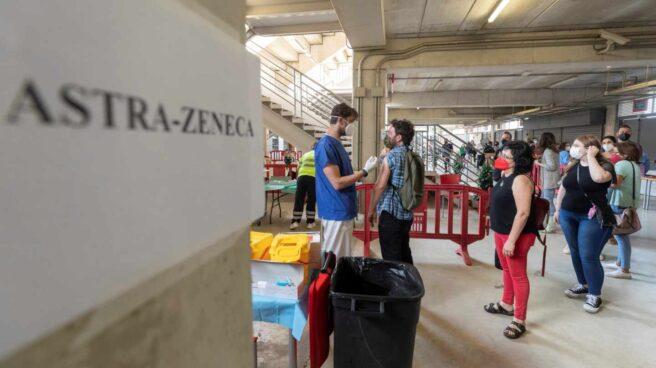 Un enfermero pone la segunda dosis de la vacuna AstraZéneca a un hombre en el estadio murciano de Nueva Condomina.