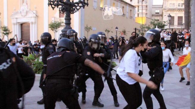 La Policía carga contra los manifestantes en Ceuta.