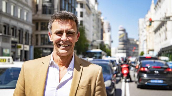 Alonso Caparrós, que presenta el libro 'Un trozo de cielo azul', posa para El Independiente en la Gran Vía de Madrid