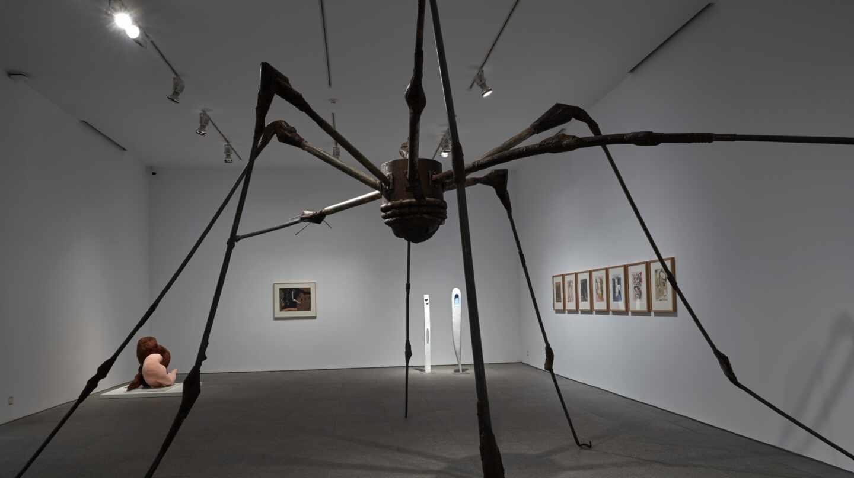 'Araña', de Louise Bourgeois. Al fondo, 'Abrazo', de Dorothea Tanning