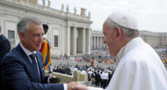 El Papa Francisco saluda al lehendakari Iñigo Urkullu durante su visita el 28 de agosto de 2019 al Vaticano.
