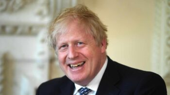 Boris Johnson rentabiliza la vacunación en las elecciones y deja KO a los laboristas