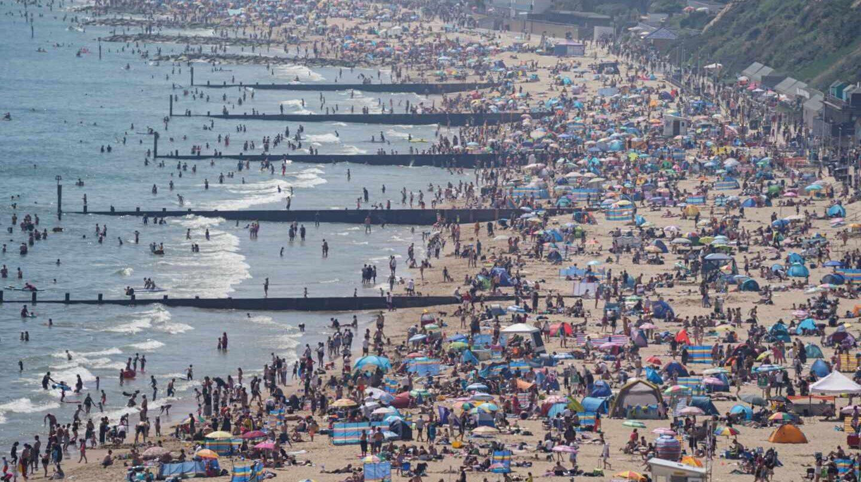 Cientos de británicos disfrutan de la playa de Bournemouth, Reino Unido