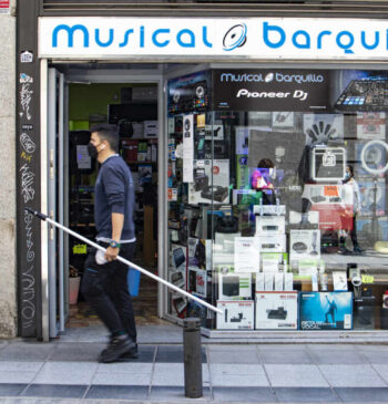 La resistencia de Barquillo: solo cuatro tiendas aguantan en la calle del sonido