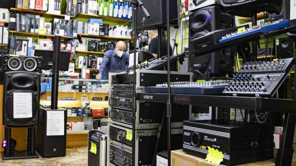 """Interior de la tienda Musical Barquillo, en el número 32 de la que fue conocida como """"la calle del sonido"""""""