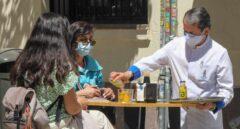Un camarero sirve en una terraza en Madrid.
