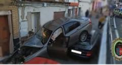 Aparatoso accidente en Sevilla: cae un coche por un desnivel e impacta con otros vehículos