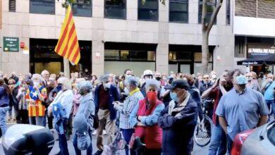"""Votantes de Junts se manifiestan en la sede de ERC: """"Junqueras, traidor, púdrete en prisión"""""""