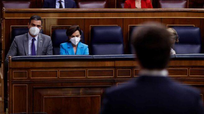 Casado se dirige a Sánchez en el Congreso.