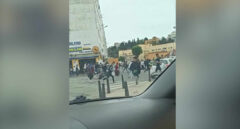 Imagen de decenas a marroquíes corriendo por las calles del puerto de Ceuta