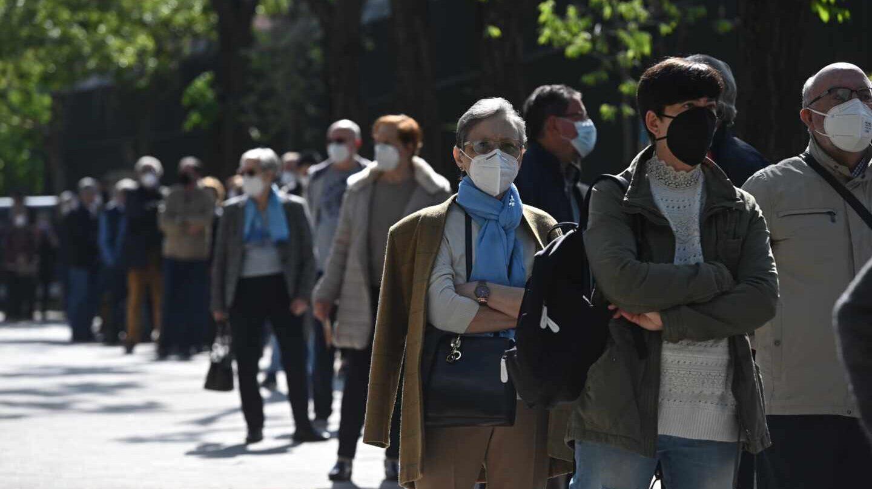 Largas colas para votar en los colegios electorales desde primera hora de la mañana