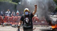 Un manifestante colombiano levanta el puño en una protesta en Cali
